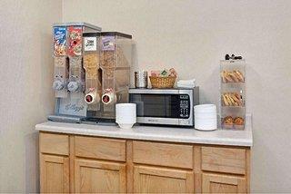 Howard Johnson Inn & Suites Elk Grove Village O...